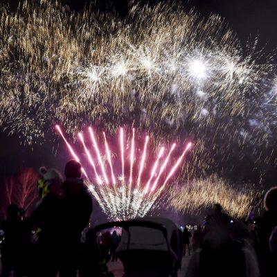 Fyrverkeri under barnens nyårsfirande på medborgartorget i Helsingfors.