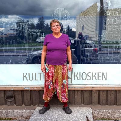 Astrid Nikula framför Kulturkiosken i Jakobstad.