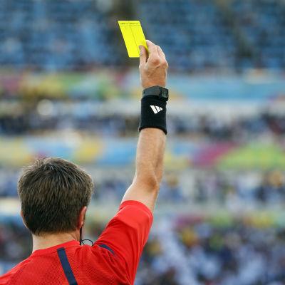 Erotuomari nostaa keltaisen kortin.