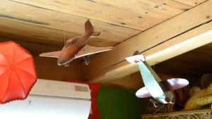 Två leksaksflygplan hänger från taket.