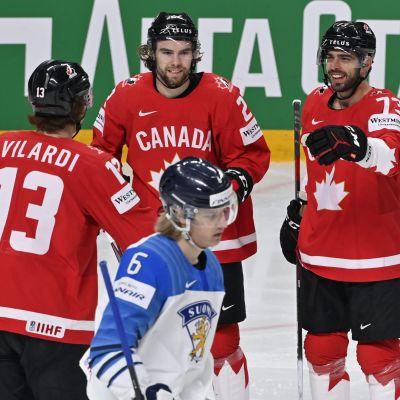 Kanadensisk trio firar mål.