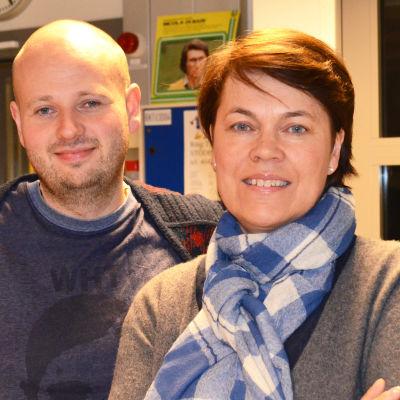 Calle Lindgren och Martina Harms-Aalto i radiostudio.