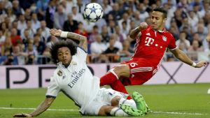 Marcelo och Thiago Alcantara i hård duell i Champions League.