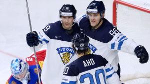 Finländska hockeyspelare jublar.