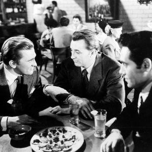Whit Sterling (Kirk Douglas), Jeff Bailey (Robert Mitchum), Jim (Richard Webb) film noir -elokuvassa Varjot menneisyydestä (1947).