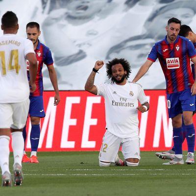 Marcelo står på knä och firar ett mål.