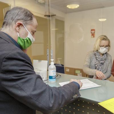Jari Colliander jättämässä ehdokaslistaa Jyväskylän kaupungin sihteerille Anu Leppäselle.