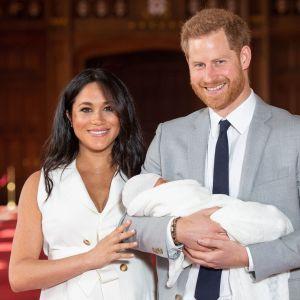 Meghan och Harry med sin nyfödda son.