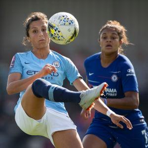 Nadia Nadim tar bollen före Jess Carter.
