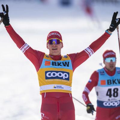 Alexander Bolsjunov med händerna i luften.
