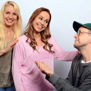 Virpi Kätkä ja Katja Kätkä vilkuttavat 'bye bye' polvistuneelle Veli Kauppiselle