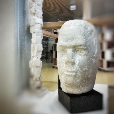 Pekka Kauhasen muistonäyttelyssä Leppävirran kirjastolla on esillä kaksi hänen teostaan, marmorinen pää ja kipsistä tehty pino tiiliä tai vastaavia.