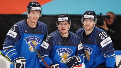 Anton Lundell, Arttu Ruotsalainen och Niko Ojamäki firar ett mål.