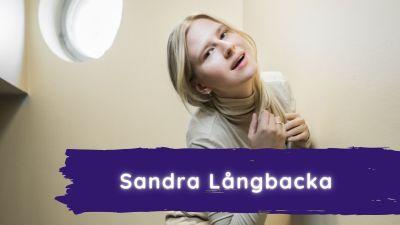 Sandra poserar.