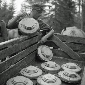 Välirauhan tultua purettujen miinakenttien miinoja lastataan autoon. Vuosalmi 15.9.1944