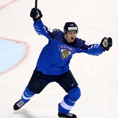 Sakari Manninen jublar i kvartsfinalmatchen mot Sverige.