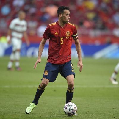 Espanjan Sergio Busquets kuljettaa palloa.