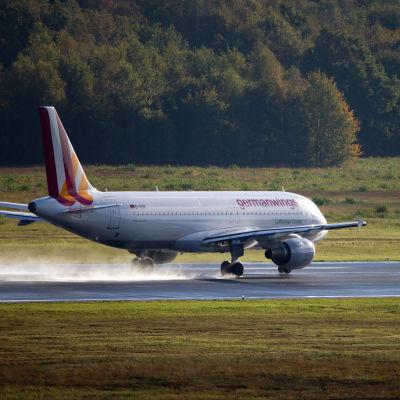 Ett flyg av typen Airbus A320 lyfter från flygfältet i Köln