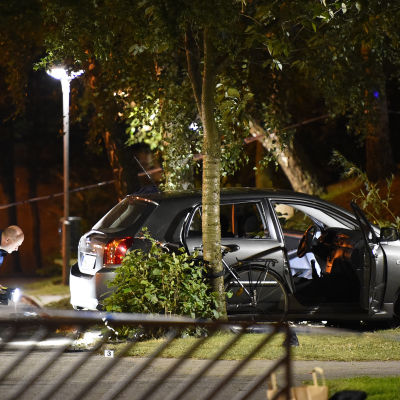 Polistekniker utreder brottsplatsen vid Censorsgatan i södra Malmö. Skottlossningen utred som mordförsök