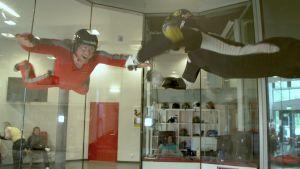 Ton Nylund tränar inför sitt paraglidingäventyr.