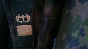 militärprästens kors som tygmärke på militär rock