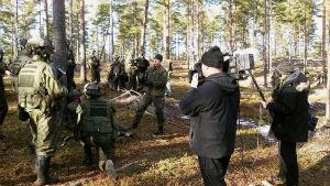 inspelningsteam bland beväringar i skog