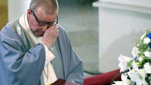 Emeritusbiskop Eero Huovinen brast ut i gråt under sitt tal vid jordfästningen av Mauno Koivisto i Helsingfors domkyrka den 25 maj 2017.