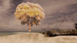 Ydinpommin räjähdys hiekkarannalla.