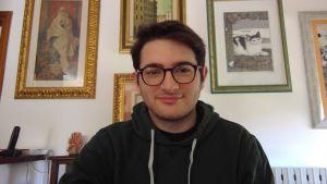 Den italienska studeranden Fransesco Felice Forero sitter i sitt barndomshem under coronakarantänen.