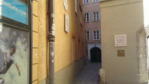 Gränd i Salzburg: skateshop och huset där Georg Trakl födddes.