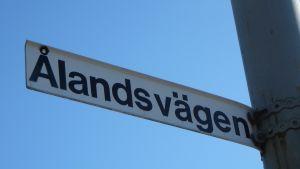 Vägnamnskylt vid Ålandsvägen i Mariehamn.