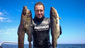 Kim Jaatinen med fiskafänge.