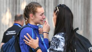 Ella Junnila tröstas då hon gråter.