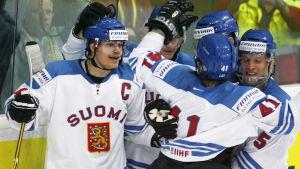 Sami Kapanen hann under sin karriär också vara kapten för det finländska landslaget, och tillsammans med hockeylejonen vann han två OS- och fyra VM-medaljer.