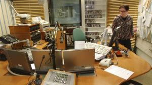 Päivi Nieminen radiostudiossa