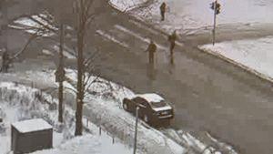 Juha Sipilä när han går över Mannerheimvägen vid riksdagshuset.