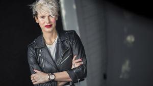 Bild på Nina Rung med rött läppstift och läderjacka.