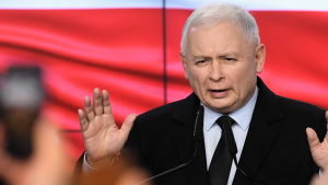 Jaroslaw Kaczynski visar båda handflatorna medan han talar.