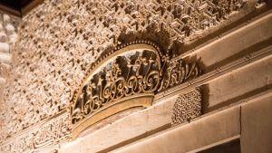 arabisk text på vägg i alhambra