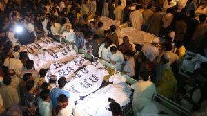 Pakistanier samlas runt offren i ett sjukhus i Lahore.