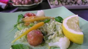 Portion med risotto primavera med basilika och citron