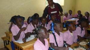 Skolbarn i Haiti får skolmat och undervisning