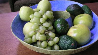 Skål med frukter på ett bord