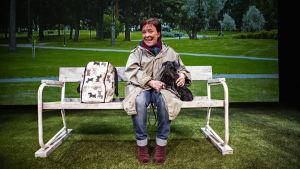 En glad Carola Sarén och hunden Donna tillsammans på en parkbänk. Frank A. Unger