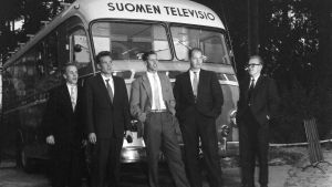 Suomen television auto, äänitysauto, jonka edessä seisoo viisi meistä, henkilöä. Tuntemattomia henkilöitä.