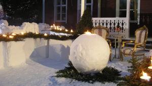 Snöskulpturer och guldfärgade stolar framför Strömsövillan.