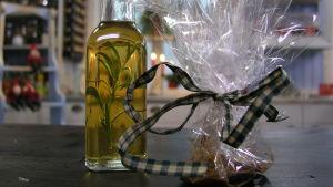 Vitlök och rosmarinolja i en flaska och köttfärskrydda i en presentpåse