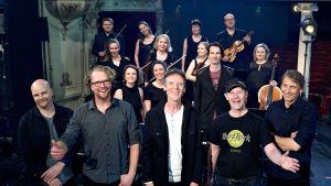 Paul Oxley's Unit tillsammans med Nästan unpluggeds stråkar.