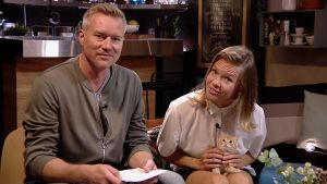 Mårten Svartström och Sonja Kailassaari med en katt i famnen