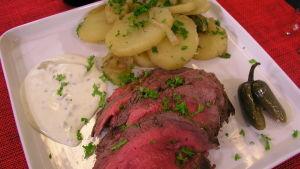 Dansk rostbiff med kall jalopenosås och potatis lyonnaise.